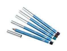 Liner Crayon Yeux EYE CARE. ce crayon haute tolérance est enrichi en beurre de karité et en huile de jojoba pour une douceur extrême, conçu pour les yeux les plus sensibles. Il contient aussi de la vitamine E anti-radicalaire. Il souligne les yeux et intensifie le regard, avec un choix très étudié de 19 teintes. Utiliser un crayon bien taillé avec un taille-crayon à usage cosmétique, afin d'éviter les esquilles de bois. #eyepencil #liner #makeup #blue