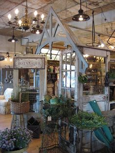 InViting Display with Architectural Salvage - Looks like a wonderful place to check out! Antique Booth Displays, Antique Booth Ideas, Vintage Display, Vintage Store Displays, Antique Mall Booth, Vintage Market, Vintage Shops, Gift Shop Displays, Market Displays
