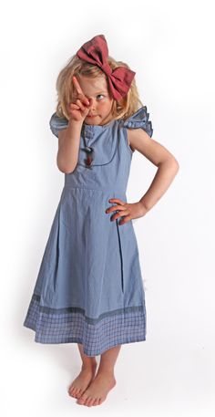 Okay, first off: THIS KID IS ADORABLE.  Second, wow I love the dress and the bow, very Alice-in-Wonderland-y <3
