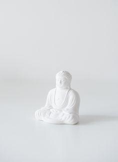 Маленькая гипсовая статуэтка сидящего Будды. Изящная детализированная фигурка Будды в интерьер.