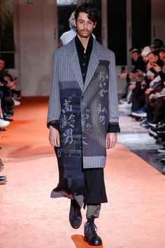The complete Yohji Yamamoto Fall 2018 Menswear fashion show now on Vogue Runway. #MensFashion2018