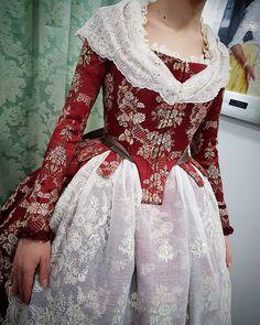 "1,097 Me gusta, 11 comentarios - Eduardo_Cervera.V (@eduardo_cervera.v) en Instagram: ""Corpiño de manga larga todo del mismo tejido. Perfecta elección. #eduardocerveraindumentaria…"" Modern Fashion, 18th Century, Gowns, Lady, Rococo, Regional, Clothes, Dresses, Women"