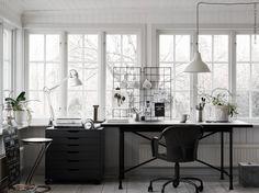 En kreativ plats med utrymme för både pyssel och arbete. ALEX lådhurts på hjul, TERTIAL arbetslampa,  KARPALUND/RYGGESTAD bord, ROBERGET arbetsstol, FOTO taklampa. Stylist: Pella Hedeby