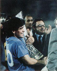 El capitán del Nápoles, el argentino Diego Armando Maradona, recoge el trofeo de campeón de la Copa de la UEFA