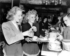 Marlene Dietrich & Rita Hayworth serving soldiers at the Hollywood Canteen during WWII Viejo Hollywood, Hollywood Cinema, Hollywood Stars, Classic Hollywood, Vintage Hollywood, Hollywood Couples, Hollywood Party, Hollywood Glamour, Marlene Dietrich
