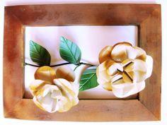 Lindo quadro decorativo com motivo de flor.  Flor de ferro e com moldura de madeira. R$ 45,00