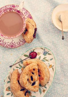 Eccles Cakes are perfect for tea-time.think delectable English pastry with spiced currant filling & sprinkled sugared crust. Eccles Cake, Tea And Crumpets, English Food, English Recipes, Afternoon Tea Parties, Tea Cakes, High Tea, Cake Recipes, Sweet Treats
