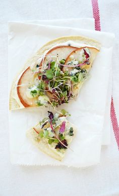 5-Minute Lunch: Pear & Blue Cheese Flatbread - Clementine Daily