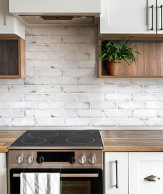Carrelage Métro Blanco | Mural, adhésif | Smart Tiles Adhesive Backsplash, Peel N Stick Backsplash, Peel And Stick Tile, Stick On Tiles, Smart Tiles, Kitchen Wall Tiles, Kitchen Backsplash, White Brick Tiles, Credence Adhesive