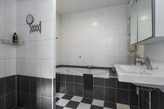 Op de eerste verdieping ook de badkamer met heerlijke douche en ligbad en ruime wastafel.