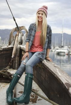 Rainy Day Outfit. Beanie. Green Hunter rain boots. Ripped jeans. Shirt. Rose top.