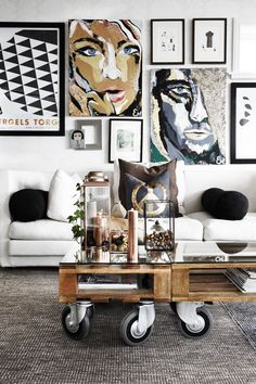 29 Tips for a perfect coffee table styling - BelivinDesign Coffee Table Styling, Cool Coffee Tables, Decorating Coffee Tables, Diy Furniture Making, Diy Living Room Furniture, Furniture Showroom, Apartment Furniture, Office Furniture, Living Rooms