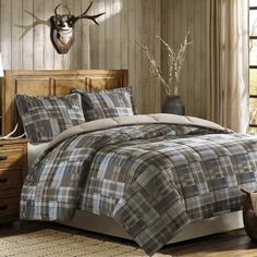 """Features:  -Comforter: Printed softspun face, solid microfiber reverse, 6D fiber fill, knife edge and sewn thru box.  -Sham: Printed softspun face, solid microfiber reverse, knife edge, 2"""" flange and"""