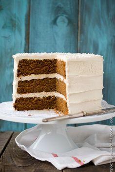 Holiday Spice cake with Eggnog Buttercream | portuguesegirlcooks.com