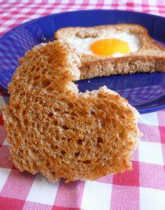 Paahtoleivän sisälle paistettu muna