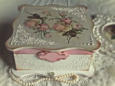 how to fabric decoupage wine bottle Cajas Shabby Chic, Shabby Chic Boxes, Romantic Shabby Chic, Shabby Chic Crafts, Shabby Chic Decor, Decoupage Vintage, Decoupage Paper, Vintage Crafts, Pearl And Lace