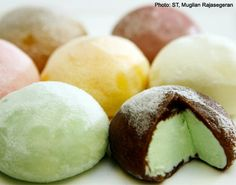 Mochi Ice Cream, I really want to try it! Mochi Ice Cream, Yummy Ice Cream, Homemade Ice Cream, Yummy Eats, Yummy Food, Japanese Sweets, Japanese Candy, My Favorite Food, Favorite Recipes