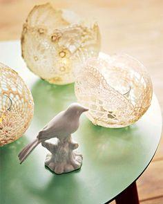 """Das brauchen Sie: Spitzendeckchen; Textilsteif oder """"Art Potch"""" (Bastelbedarf); kleine Luftballons; kleines Glas; Teelicht  So geht's: Spitzendeckchen mit Textilsteif oder """"Art Potch"""" tränken und um kleine aufgeblasene Luftballons kleben. Dabei den Stoff der einzelnen Deckchen an den Überschneidungen mindestens 5 mm überlappen lassen. Gut trocknen lassen. Luftballon zum Platzen bringen. Glas und Teelicht hineinstellen."""