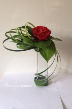 Ikebana style rose with grass. Great for cocktail tables inside. We'd adapt a little for outside. Ikebana Arrangements, Ikebana Flower Arrangement, Modern Flower Arrangements, Fresh Flower Arrangement, Arte Floral, Deco Floral, Home Flowers, Fresh Flowers, Beautiful Flowers