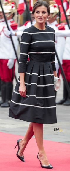 The King and Queen of Spain arrived in Peru on Monday for a three-day State Visit. Queen Letizia wore a black and white silk striped dress by Carolina Herrera. Modest Fashion, Fashion Outfits, Womens Fashion, Day Dresses, Dresses For Work, Carolina Herrera Dresses, Smart Dress, Power Dressing, Haute Hippie