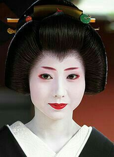 Geishas compared with a Maiko/Geisha apprentice is less showy. A Geisha kimono is usually a strong base color with a simple design and subtle patterns based on scenes from nature or traditional Jap… Japanese Geisha, Japanese Beauty, Japanese Girl, Japanese Style, Geisha Hair, Memoirs Of A Geisha, Japanese Characters, Japan Art, Up Dos