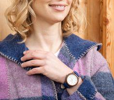 """Sissy & Max ist die junge, außergewöhnlich trendige Uhrenkollektion by Waidzeit Austria. Die Damenmodelle aus Walnussholz & Lederarmband sind in verschiedenen Farben erhältlich. Ein besonderes Highlight sollte Ihnen natürlich nicht vorenthalten bleiben: die Kupferveredelungen an Zifferblatt, der Krone und auf der Rückseite des Uhrendeckels, diese machen die Uhr zeitlos schön. Damit trägt """"Sie"""" das absolut Richtige Accessoire für die Sommerzeit."""