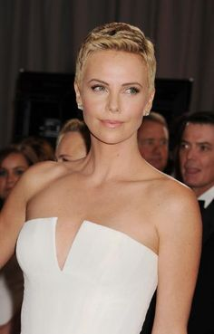 Best Oscars Beauty of All Time: Charlize Theron in a simple makeup and short hair.