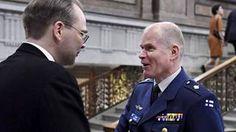 Puolustusministeri Jussi Niinistö (ps) ja Puolustusvoimain komentaja Jarmo Lindberg kohtasivat puolustusministerin uudenvuodenpäivän vastaanotolla Helsingissä 1. tammikuuta 2017