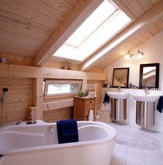 Dämmplatten sitzen 24 cm dick in Dach und Wand. Nur zwei Fenster in Bad und Gastzimmer öffnen die Nordseite.