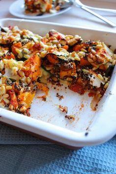 600 gram pompoen 1 ui 2 tenen knoflook 2 tl Italiaanse kruiden 1 blik tomatenblokjes of 2 tomaten in stukjes en een eetlepel tomatenpuree 1 grote courgette 200 gram zachte geitenkaas 100 gram (zwarte) quinoa koolzaadolie of olie naar keuze