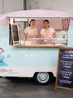 Millie the vintage caravan - Wien ist um eine ganz besondere Attraktion reicher: Ein Foodtruck mit dem besten Frozen Yoghurt und Waffeln am Stiel.
