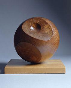 Barbara Hepworth - Helicoid - abstract Van alle kunstwerken vind ik dit wel het meest bijzondere kunstwerk omdat er ondanks dat er geen kleur-contrast is er wel een soort contrast (door de inhammen in de bal) waardoor er ook schaduw ontstaat. De vorm is organisch door de inhammen.