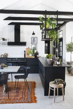 love warriors loft – svart kok med takbjälkar utan överskåp - boho loft ideas with dark kitchen units Boho Kitchen, Farmhouse Style Kitchen, Modern Farmhouse Kitchens, Kitchen Decor, Attic Apartment, Apartment Kitchen, Luxury Kitchens, Home Kitchens, Küchen Design