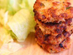Chiftele cu somon si salata crocanta - Carrefour-Pentru o viata mai buna Mai, Salmon Burgers, Cauliflower, Vegetables, Ethnic Recipes, Salads, Cauliflowers, Vegetable Recipes, Cucumber