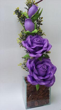 Arranjo de flores com rosas na cor lilás em vaso quadrado de vidro. Várias opções de cores, flores e vasos.