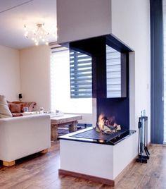 Moderne inbouw haard brandend op gas, als open scheiding tussen de woonruimtes    Profires partner Appelman · inspiratie voor sfeerverwarming