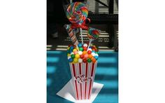 Inove com enfeite de doces em um saco de pipoca. Foto: Pinterest/Whitney Adam