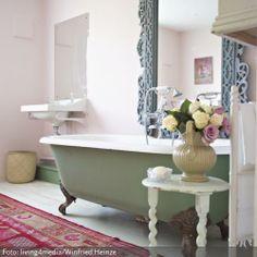 Was passt besser zu Shabby Chic als Pastellfarben? Die freistehende Badewanne mit den verschnörkelten Füßen und der große Spiegel darüber vermitteln den Charme vergangener Zeiten. Mehr Ideen zu freistehenden Badwannen auf: www.roomido.com/wohnen-einrichten/ideen/freistehende-badewanne