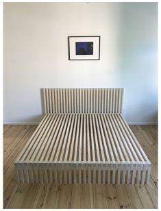 #diy #bed #base Base de Cama diseñada con tablas de maderas dejando expuestas las uniones entre ellas, sigue la dirección de la madera en el piso que va de la piesera hasta la cabecera Plywood Furniture, Pallet Furniture, Furniture Projects, Cool Furniture, Bedroom Furniture, Furniture Design, Bedroom Decor, Bed Frame Design, Diy Bed Frame