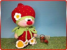 Du magst Erdbeeren, Deko, Amigurumi und Du häkelst gern? Dann hole Dir gleich die Anleitung für die süße kleine Puppe mit der roten Nase und dem Erdbeerhut.