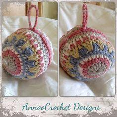 Замечательный новогодний шарик- мандала.   Вам понадобится:крючок Размер: 2,5 мм Пряжа Dungarease в 5 различных цветах. Игла для сшивания Синтепух (или что-то в этом роде) для набивки. Шарик вяжет…