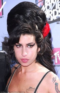 Janis Winehouse says her daughter might have had Tourette's syndrome. Something she realized looking back through the notebooks that Amy made containing her writings, song lyrics and obsessive lists Amazing Amy, Shocking Facts, Amy Winehouse, Jada, Her Music, Bun Hairstyles, Lady Gaga, Hair Cuts, Dreadlocks