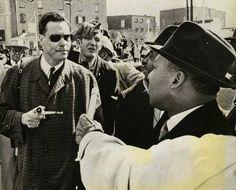 UN TENSO ENCUENTRO - George Lincoln Rockwel, líder del Partido Nazi Americano, se encuentra cara a cara con Martin Luther King Jr en 1965.