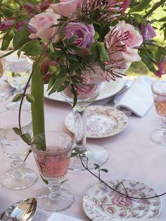 Recipientes de cristal con arreglos de rosas titanic, iceberg, blue bird y alstroemerias rosadas. Revista BODAS
