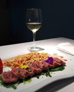 Tataki de atún algas encurtidas y fideos yakisoba. Uno de los platos del menú de esta semana.  #qgat #santcugat #restaurant #dinar #menú #tataki #tatakideatun #tuna #food #instafood #healthy #healthyfood #onthetable #barcelona #barcelonafood by qgat.restaurant