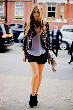 veste à motifs, short à paillettes et boots : juste la classe !