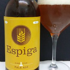 ESPIGA PALE ALE. Artesanal catalana tipo amber ale de registros en cata complejos e intensos entre cítricos y notas dulces tostadas (miel, caramelo...) que requiere si o si de maridaje adecuado ya que no es fácil como trago solitario. Quizas ideal con magret de pato en contraste con mermeladas rojas o quesos intensos. La Cuenta: 2€ El Conteo: 6.5/10 #amberale #pale #paleale #cerveja #cerveza #cervesartesana #cervezaartesanal #cervezaartesana #craftbeer #instabrew #instabeer #microbrewery…