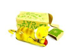 【マリじゃれ*トラ猫*寝転がり回転*ゼンマイ】オキパイドJAPAN 1940~50年代頃のオキパイド時代のものと思われます。  メーカーは地球マークに「THAHRA」  箱、本体底部に「MADE IN OCCUPIED JAPAN」の表示  箱は写真でご覧のように「耳、ベロ」がチギレ  片側は失われています。(写真参照)  ゼンマイ動力  胴部、マリはブリキ製  頭部、ワイヤー部を覆った尻尾はセルロイド製  マリを追いながら尻尾の回転により  寝転がり回転します。12000