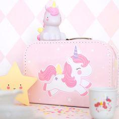 Preciosa maletita para guardar sus juguetes, accesorios, tesoros ...o como bonito detalle en la deco de su habitación.  Su diseño lleva un simpático unicornio y nubes con estrellas en la parte trasera. ¿Quién se puede resistir a esta maletita? Es ideal para regalo, Baby Shower... #deco #decoracion #habitacionesinfantiles #bebé #niños #decobebe #deconiños #decoideas #regalos #alittlelovelycompany