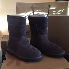 """AUTHENTIC BNWB UGG """"pierce"""" in chocolate size 5 BNWB UGG """"pierce"""" in chocolate size 5 in women's. Upper lining and sock lining 100% wool. Lining back 100% polyester. Has zipper on sides UGG Shoes"""